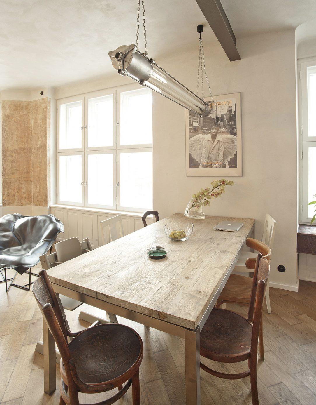 Neprehliadnuteľnú veľkú industriálnu žiarivku nad jedálenským stolom si majitelia zadovážili v bazári.