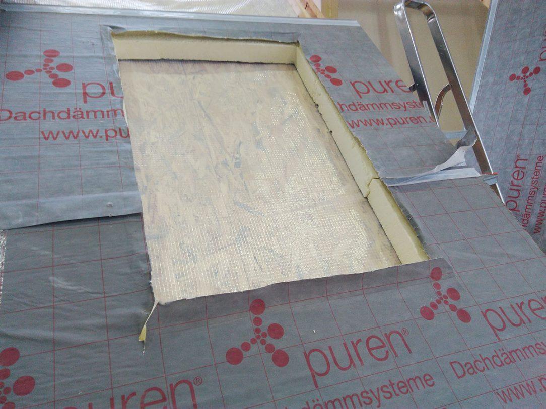Obr. 1 Pri tepelnoizolačných doskách PIR uložených na debnení sa otvor na strešné okno vyreže zhora.