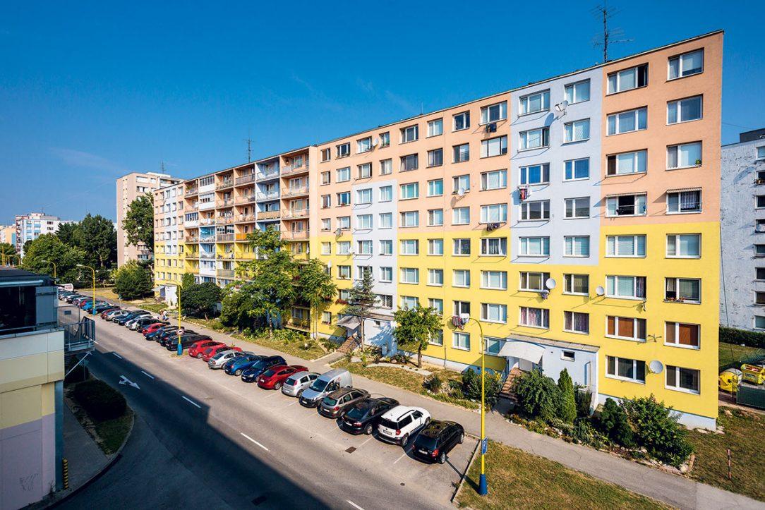 Obr. 2 Pohľad na zateplený obvodový plášť panelového bytového domu po aplikácii účinného systému proti tvorbe plesní rias a húb