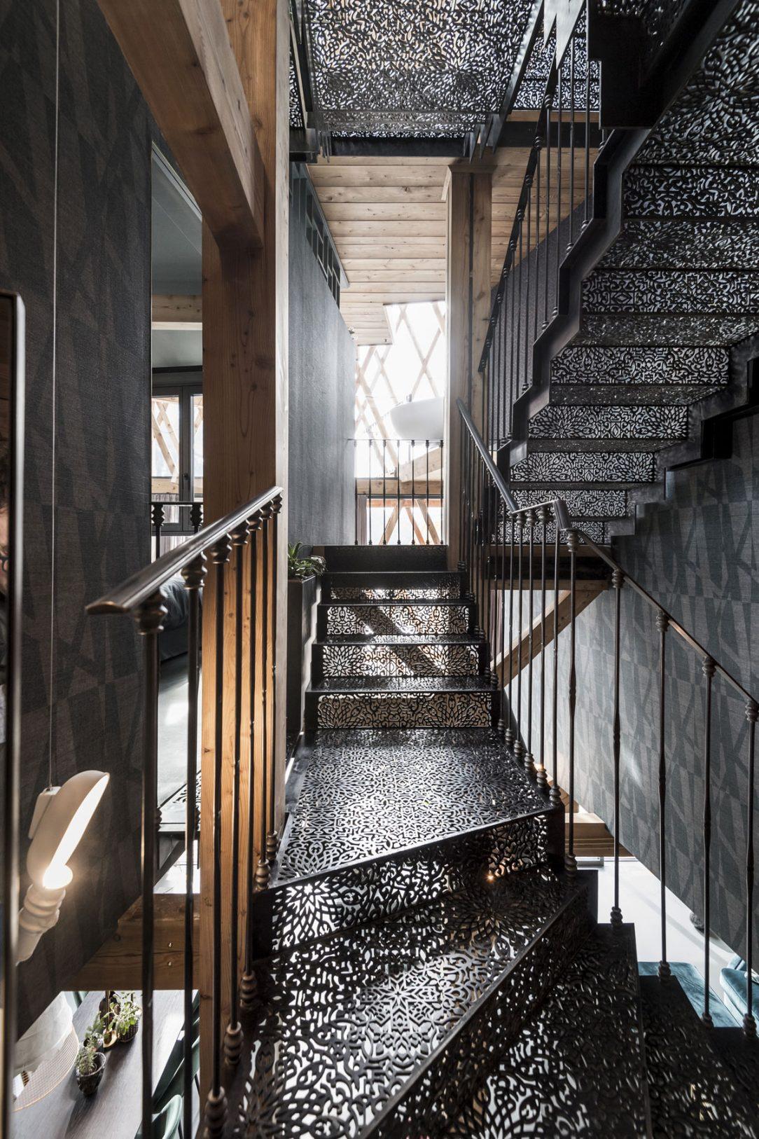 Oceľové schodisko ktoré pôsobí industriálne ale vyobrazené motívy pripomínajú arabské tradície