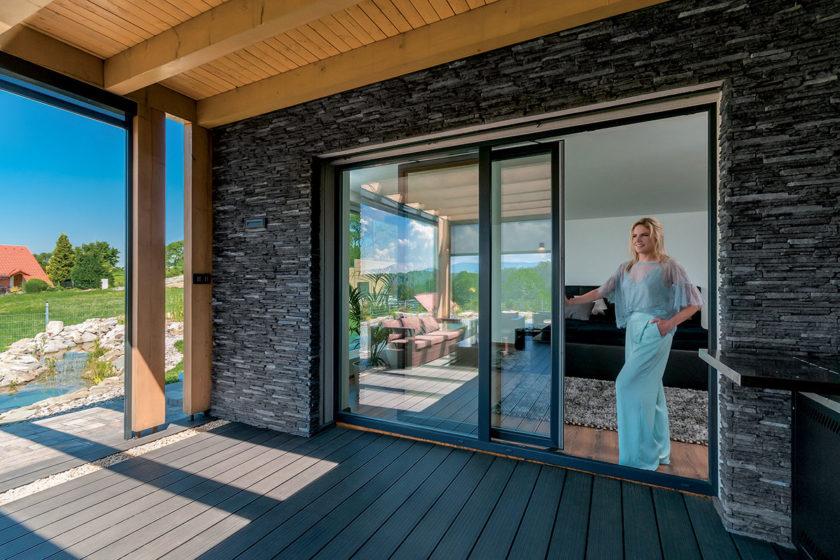 Okná presvetľujú priestor a poskytujú krásne výhľady do okolia. 03