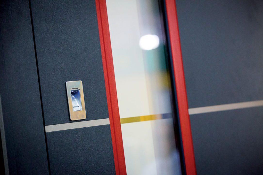 Otváranie dverí pomocou odtlačku prsta je pohodlné a bezpečné dokonca aj pri výpadku prúdu. 03