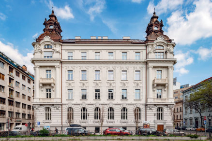 Pôvodným autorom budovy je architekt Jozef Hubert neskoršiu prestavbu a nadstavbu projektoval slovenský architekt Milan Michal Harminc.