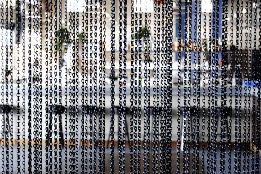 Pre optické rozdelenie priestoru použili architekti kovové retiazkové záclony