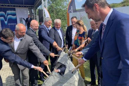 Slávnostným poklepaním základného kameňa sa v utorok pri Prešove začala výstavba rýchlostnej cesty R4 Prešov severný obchvat prvá etapa.