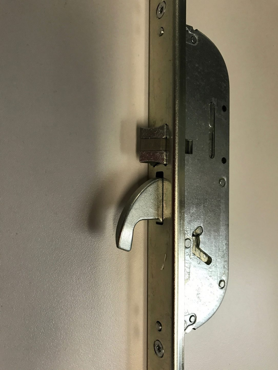Háky fungujú keď sú dvere úplne zatvorené.