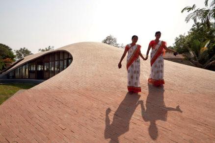 Klenutá strecha je vytvorená pozdĺžnym položením tehál na drevenú formu. 01