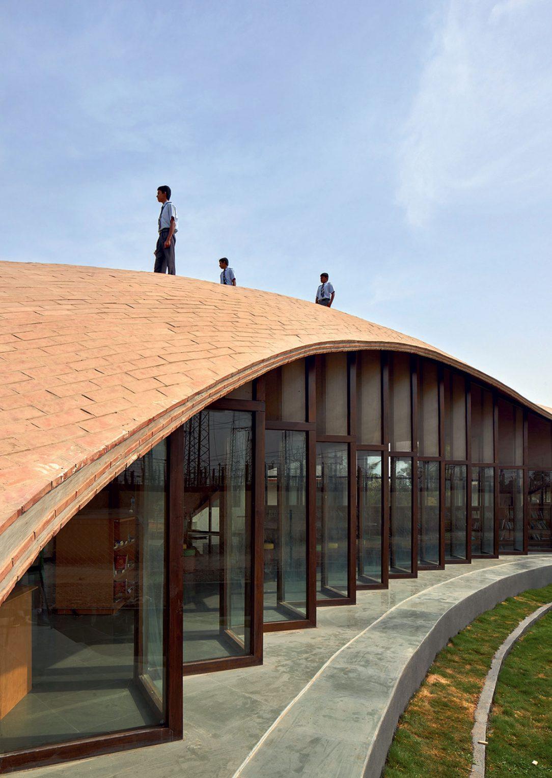 Klenutá strecha je vytvorená pozdĺžnym položením tehál na drevenú formu. 03