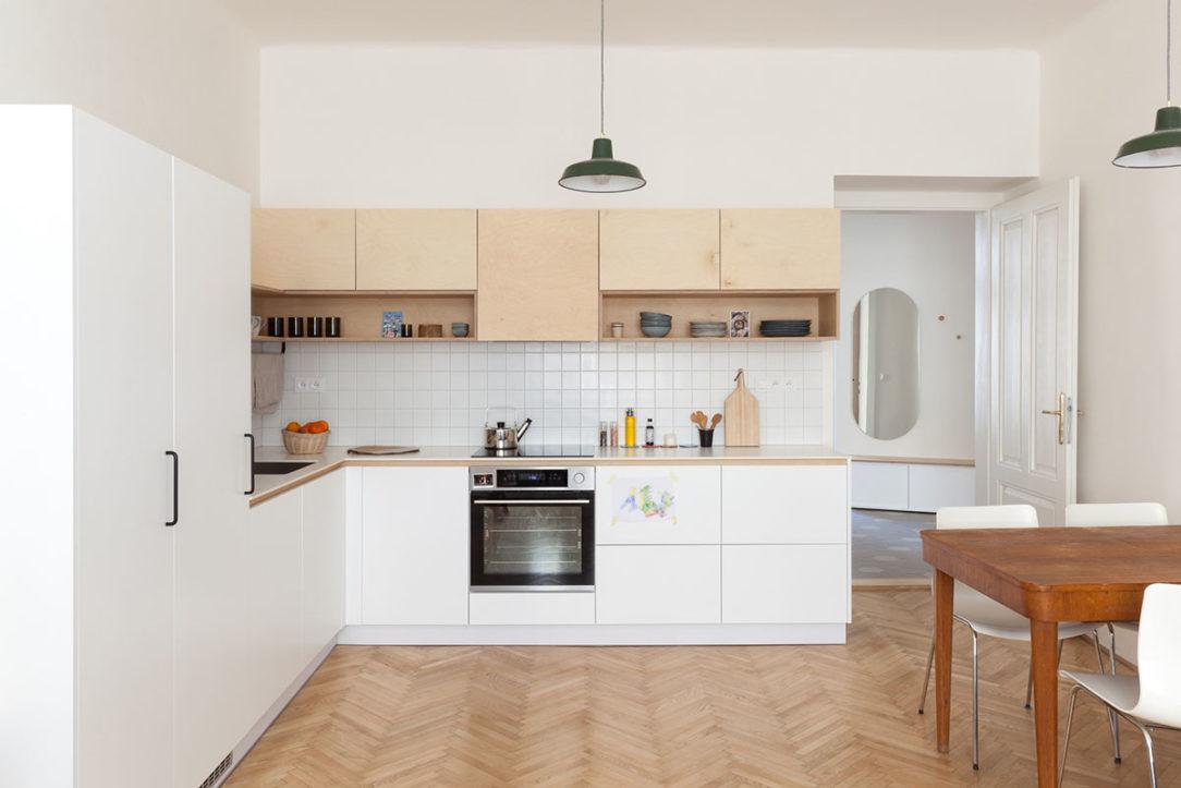 Minimalistické riešenie kuchyne necháva vyniknúť pôvodné parkety repasovaný jedálenský stôl retro kreslo či oddychový kút so sedačkou
