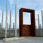 Monumentálna brána slúži aj ako orientačný bod v priestore. Cortenová oceľ má byť pripomienkou večne plynúceho času.