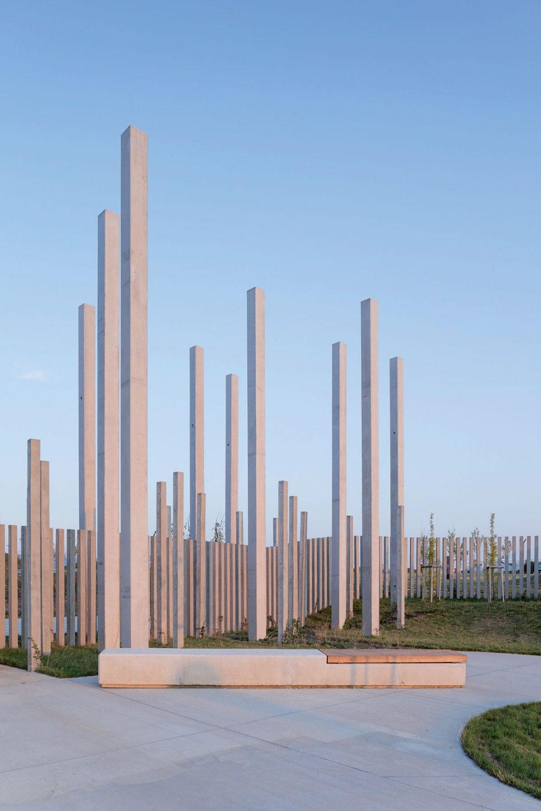 Plot z betónovych stĺpikov slúži viac ako symbolická než skutočná zábrana.
