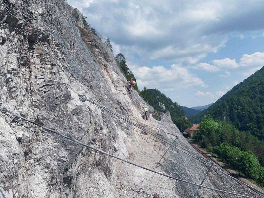 Pohľad na skalné bralo počas inštalácie ochranných sietí SteelGrid®HR