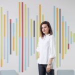 """Nina Weisslechner v interiéri spoločnosti CMS Cameron McKenna Nabarro Olswang – """"Sound wave signature"""" vo farebnom vyhotovení v chill-out zóne kancelárie, ktorá sa nachádza v UNIQ Staromestská v Bratislave."""