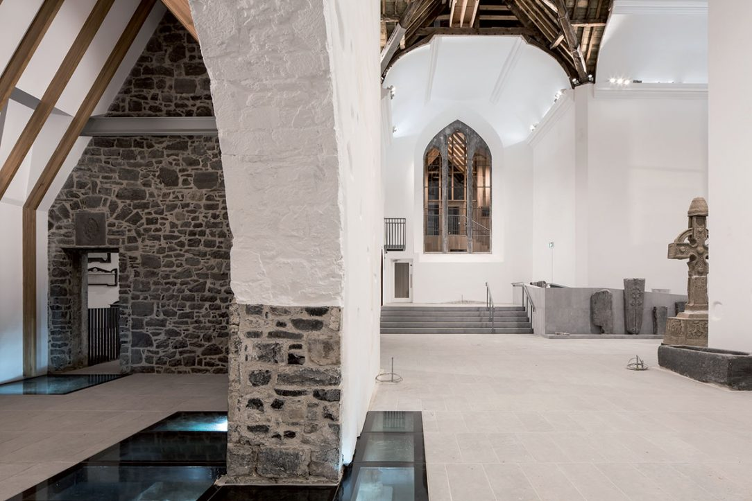 Zasklená podlaha odhaľuje archeologické nálezy.