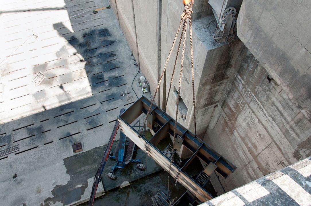 demontáž oceľových vrát pravej plavebnej komory Vodného diela Gabčíkovo 6