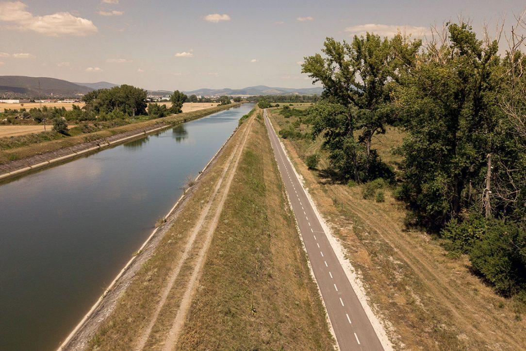 Cyklotrasa vedie prevažne popri Biskupickom kanáli (úsek Horná Streda – Nové Mesto nad Váhom).