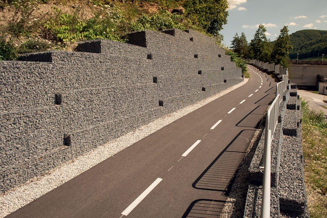 Pohľad na realizovaný oporný múr zgabionovej konštrukcie (úsek Púchov – Nosická priehrada)