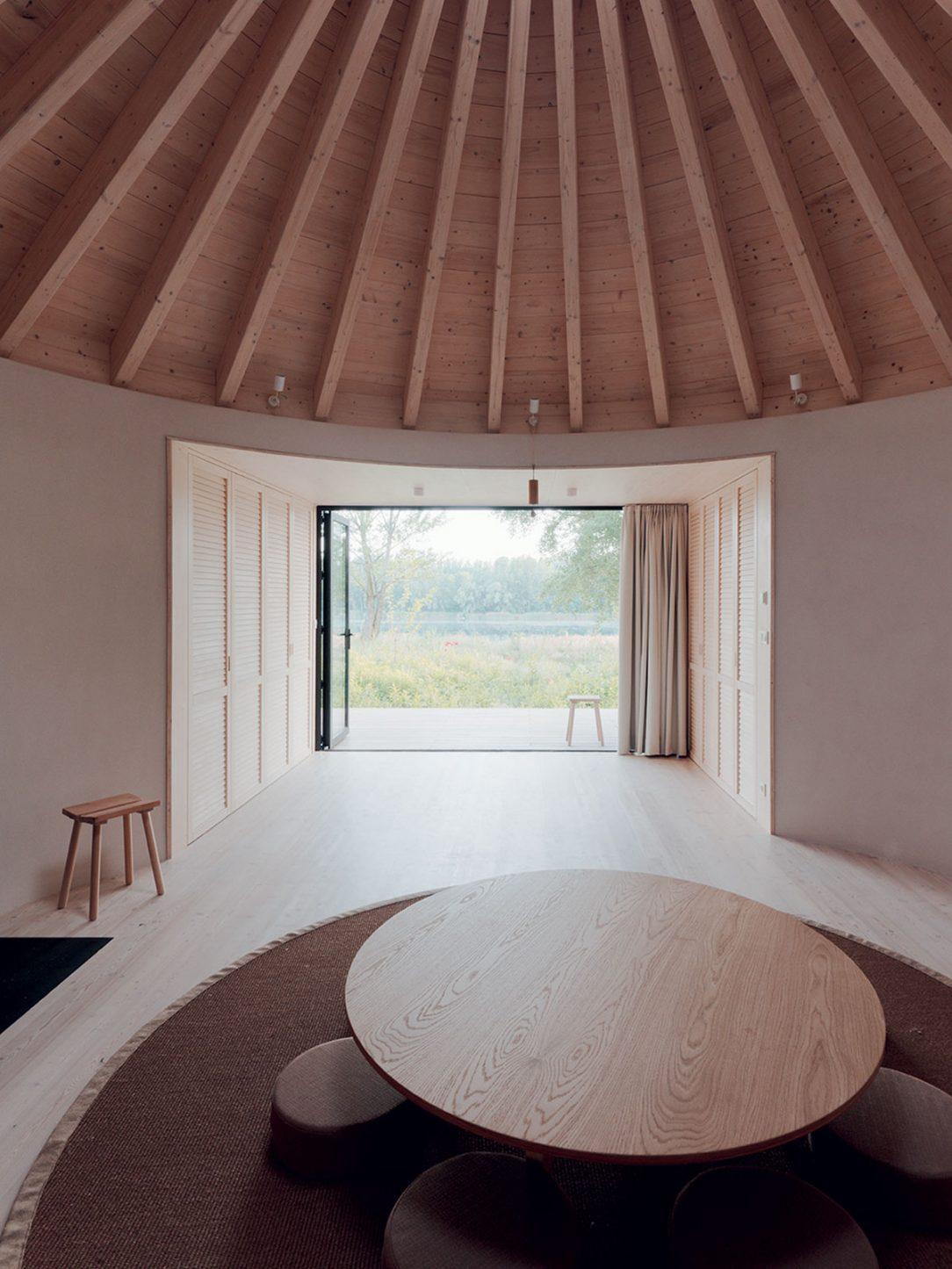 Architekti vykrajovali potrebné priestory do pragmatického kvádra.