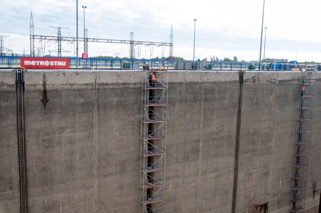 Búracie práce na vodiacich drážkach pre pohyblivé bitvy ktoré slúžia na priväzovanie vyväzovacích lán lodí prebiehajú vo výške desať podlažnej budovy.