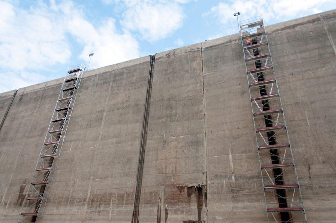 Búracie práce prebiehajú vo výške desať podlažnej budovy.