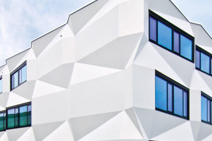 Fasáda univerzity vo Švajčiarskom meste Luzern s prevetrávaným fasádnych systémom StoVentec R.