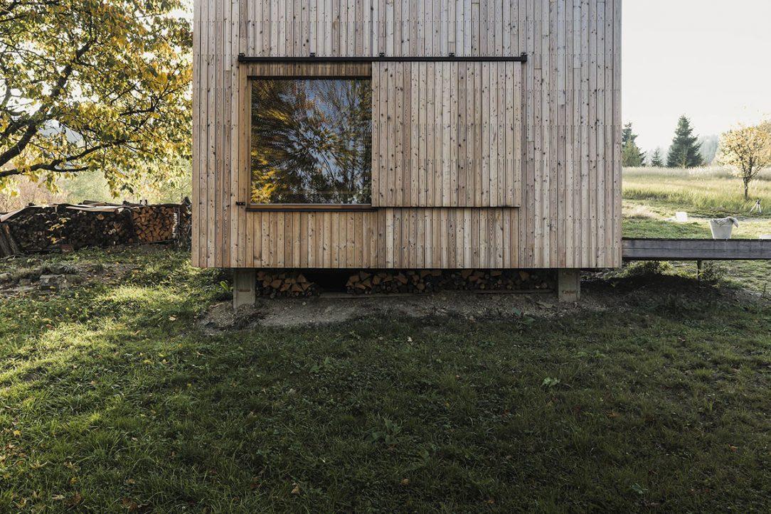 Funkciu okeníc plnia posuvné systémy z dreva a ocele