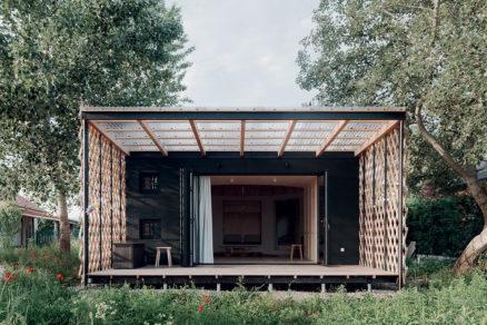 Jednopodlažný bungalov je drevostavbou so stĺpikovou konštrukciou plocha pozemku je 376 m2.