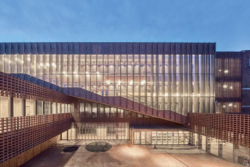Kým z ulice je budova zahalená od nádvoria ktoré slúži ako centrálny stretávací bod je plne priehľadná.