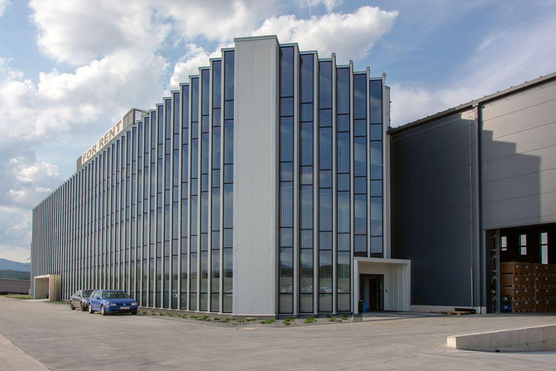 Obvodové lomenicové opláštenie oceľovej konštrukcie budovy vyrobila a realizovala firma SLOVAKTUAL