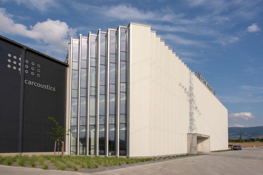Polovicu haly a dve podlažia administratívnej budovy využíva Carcoustics Slovakia.