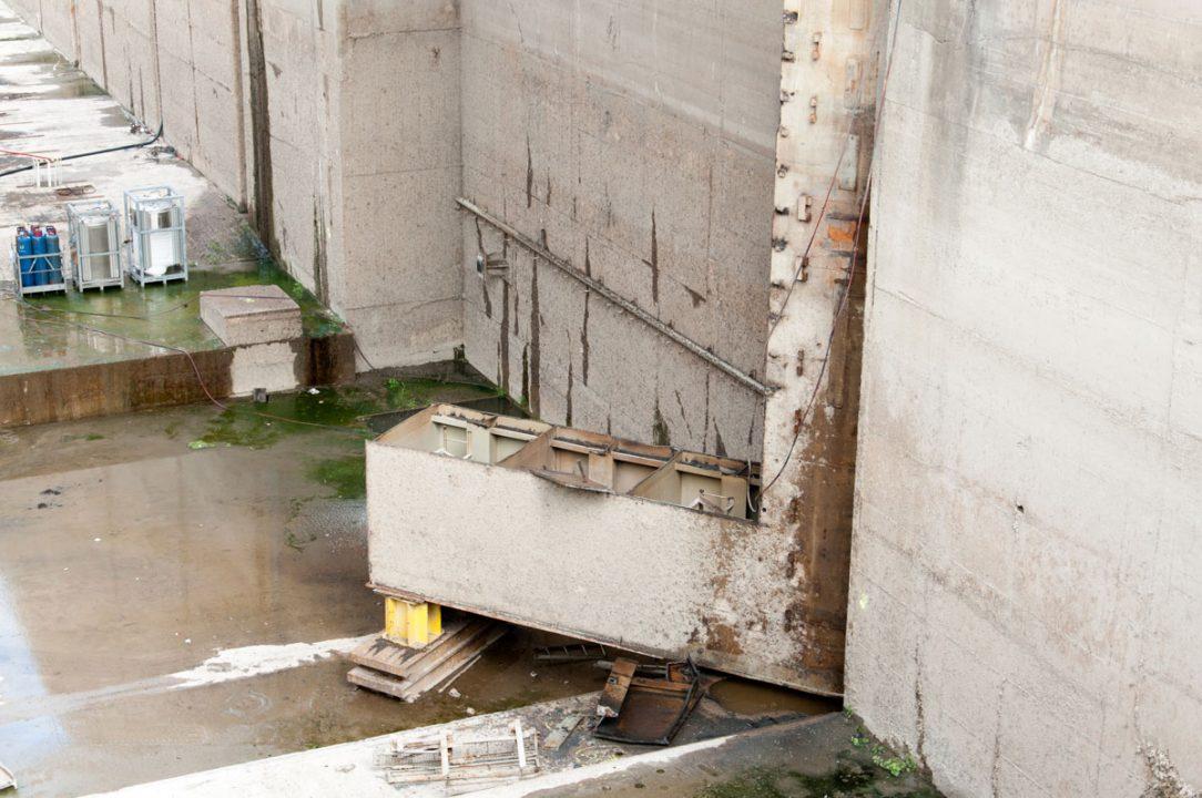 Pravá časť oceľových vrát z pravej plavebnej komory je kompletne odstránená a dokončujú sa demontáže ľavej časti.