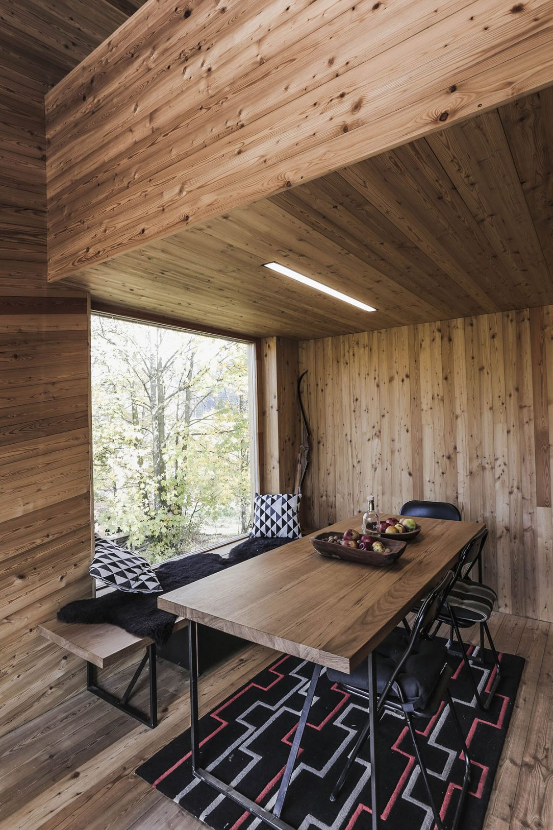 Sedenie v interiéri chaty