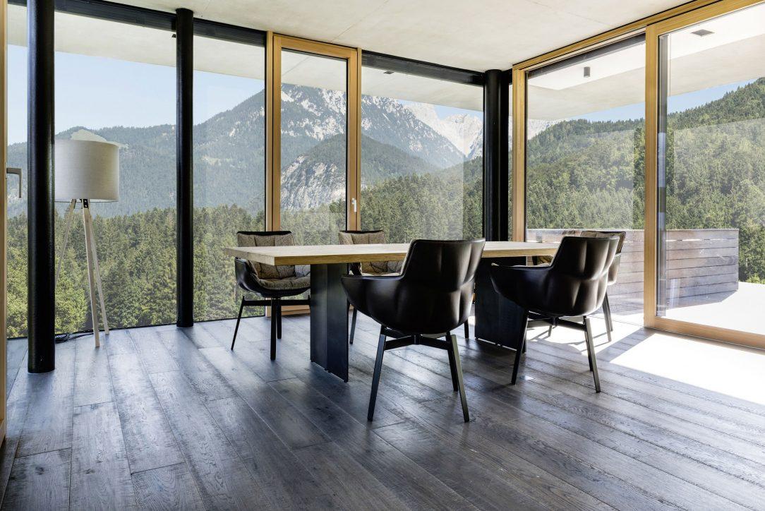 Trendom súčasnej architektúry sú veľké sklené plochy ktoré rozširujú obytný priestor
