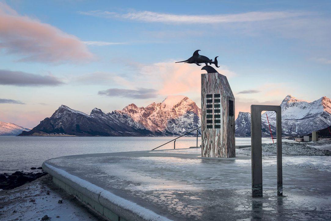 """Pamätník z 2. svetovej vojny pripomína nórsku ponorku Uredd (""""Nebojácny"""")."""