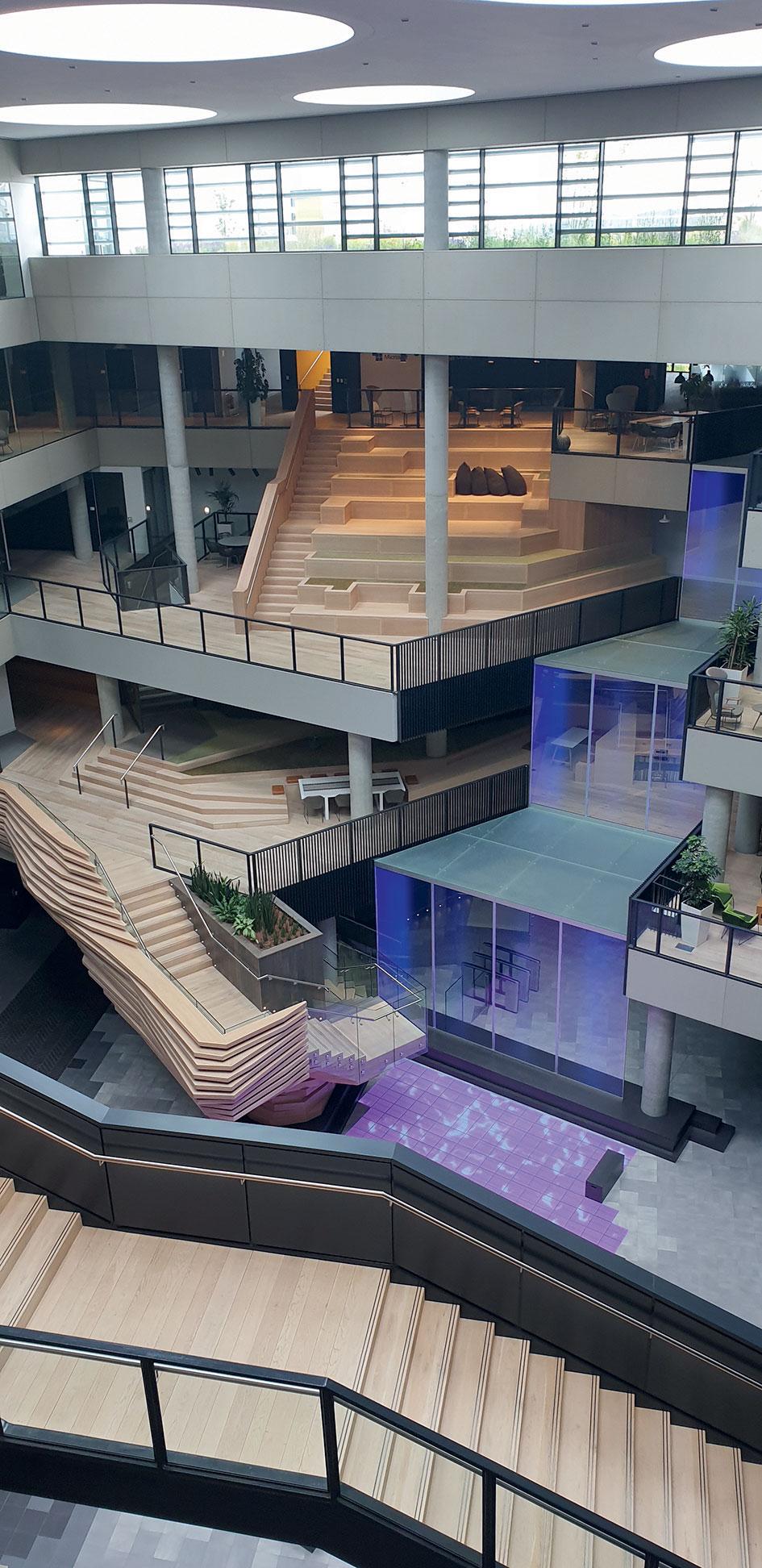 Centrálna budova v dublinskom Microsofte navrhnutá tak aby pripomínala ostrov. Nechýbajú v nej napr. digitálne jazero a vodopád