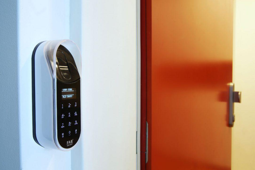 Digitálny zámok viete odomknúť PIN kódom odtlačkom prsta diaľkovým ovládačom čipom alebo telefónom.