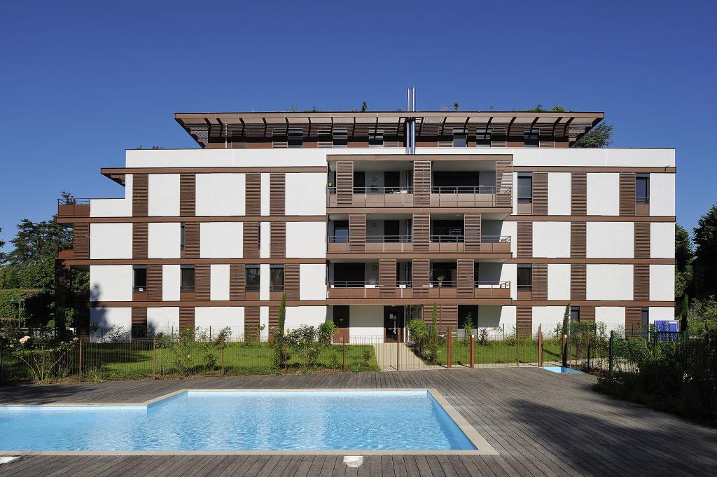 Loggialu kombinuje funkčnosť protislnečného panelu na ochranu proti slnečnému žiareniu s elegantným vzhľadom a estetickým dizajnom
