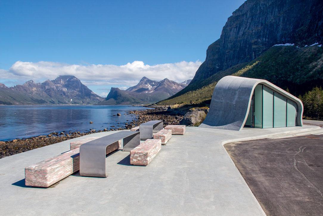 Nórske scénické trasy kombinujú úchvatnú prírodu so špičkovou architektúrou. Aj obyčajná utilitárna architektúra ako napríklad verejné toalety ladí s okolím.
