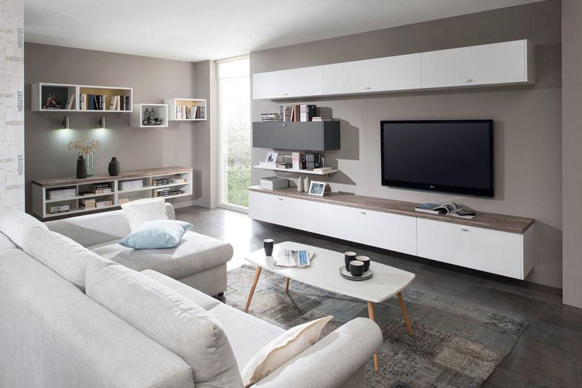 Obývačka Elis Route má v ponuke skrinky vhodné na vytvorenie úložného priestoru a zároveň otvorené policové skrinky na krásne dekorácie.