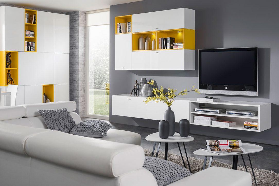 Obývačka Ester Route v bielej nadčasovej farbe je hravo doplnená a akcentovú žltú farbu