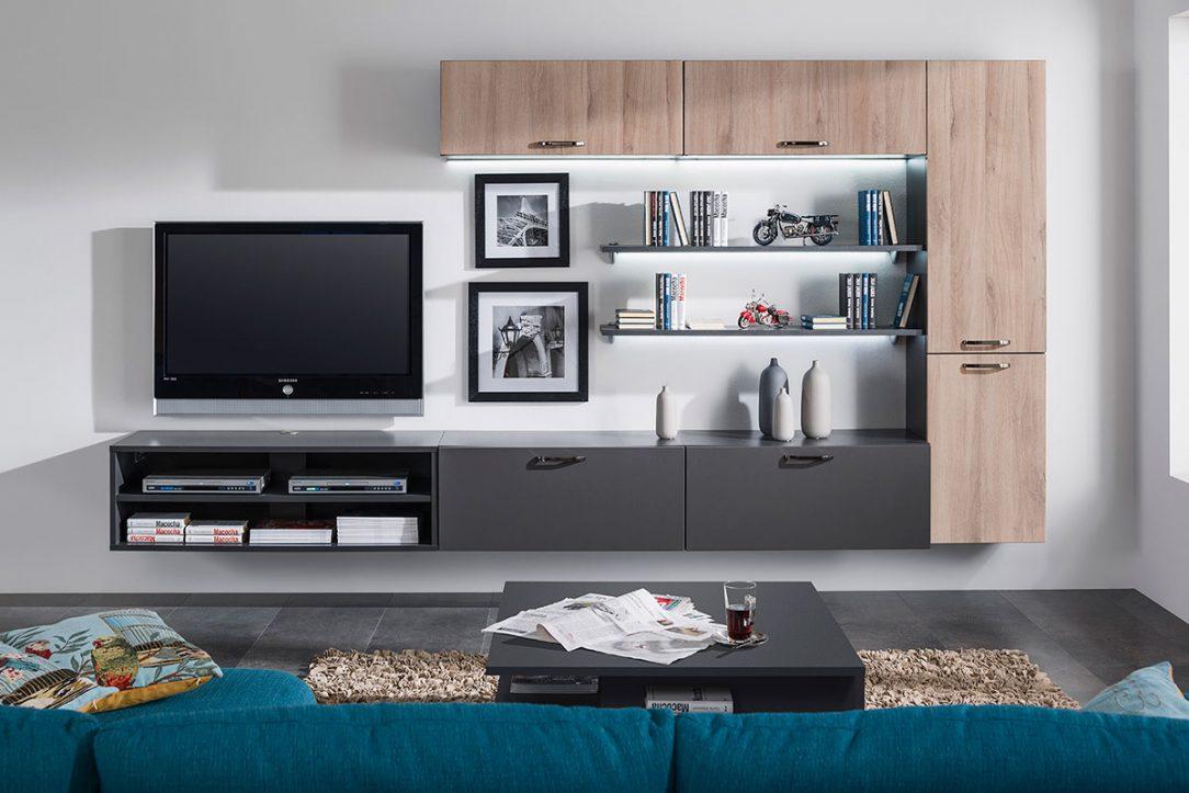 Obývačka Tea Route pôsobí vzdušne a použitá kombinácia drevitého dekoru a grafitovej farby bude trendová veľmi dlhý čas.