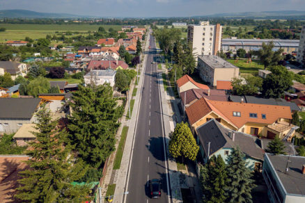 Obnovená Nánanská cesta v Štúrove konečne po 20 rokoch realitou.
