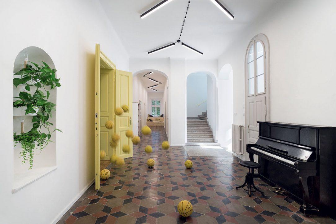 Pôvodná zachovaná podlaha kontrastuje s novonatretými stenami.
