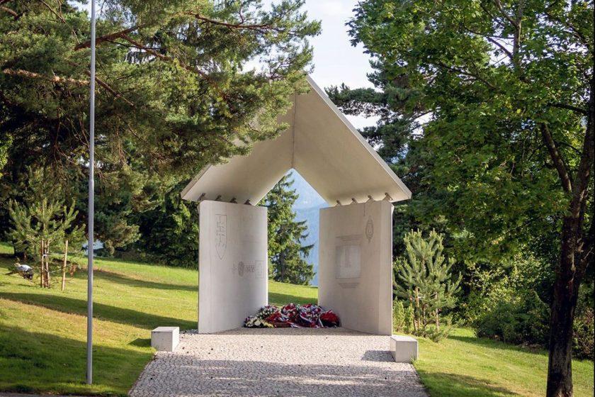 Pietne miesto sa nachádza v areáli vojenského cintorína 2. svetovej vojny Háj Nicovô.