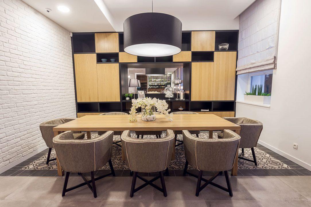 Reštaurácii v pavilóne Avana dominuje masívny stôl ale aj stena s veľkým zrkadlom inšpirovaná detailom od architekta Adolfa Loosa.