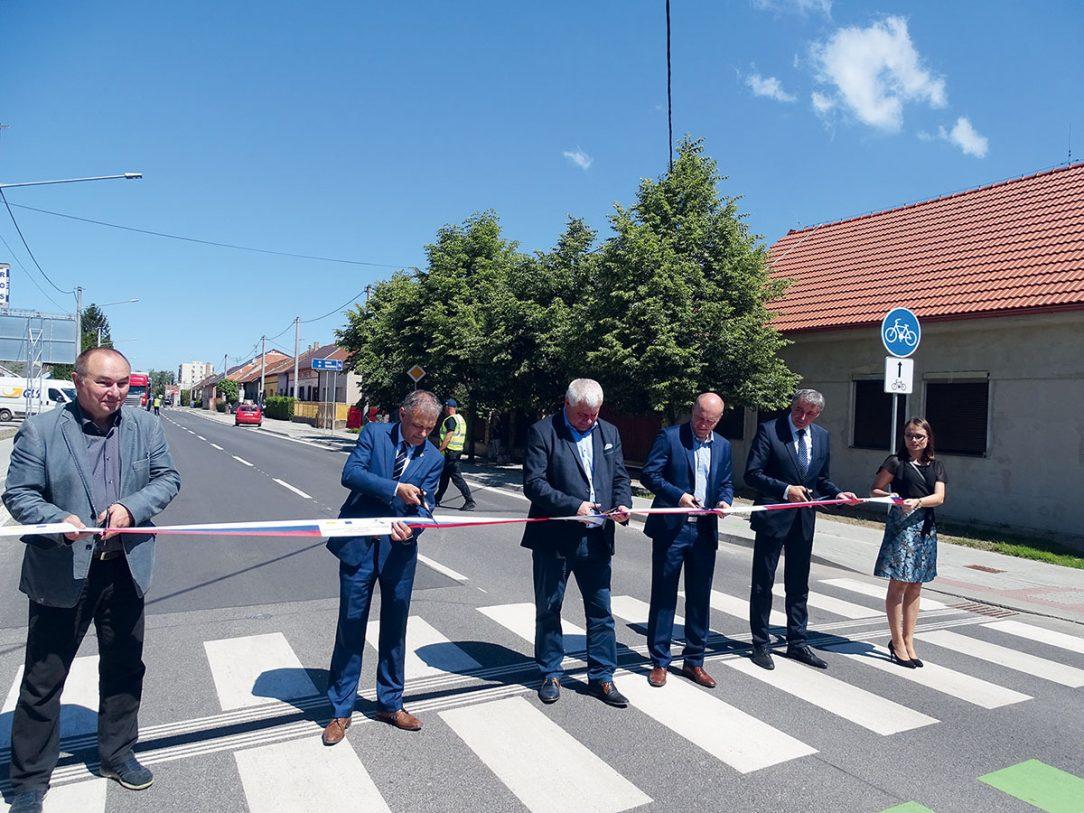 Slávnostné otvorenie za účasti ministra dopravy a výstavby Arpáda Érseka primátora mesta Štúrovo zástupcov Slovenskej správy ciest ako aj zhotoviteľa