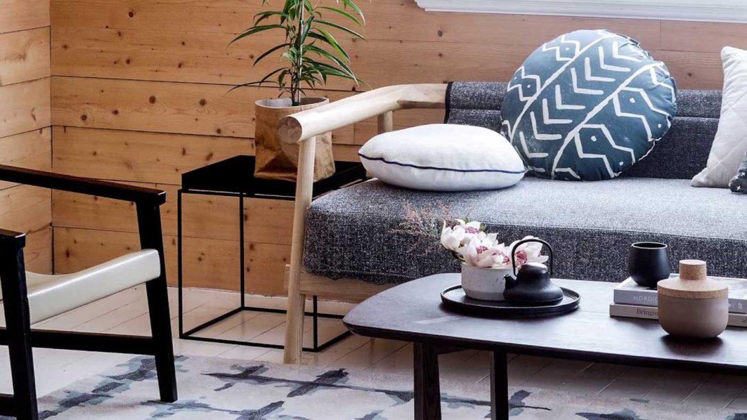 Sofa na ktorej vyniká štruktúra dreva