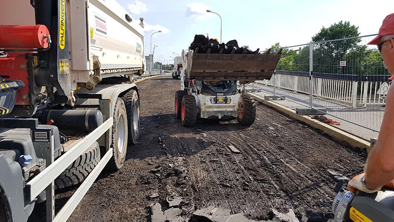 V prvej fáze rekonštrukcie sa odstránila roštmi vystužená asfaltová časť.