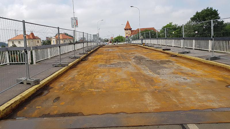 Mostovku bolo treba dôkladne očistiť a opraviť poruchy a deformácie.