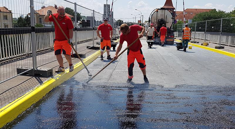 Položenie liateho asfaltu